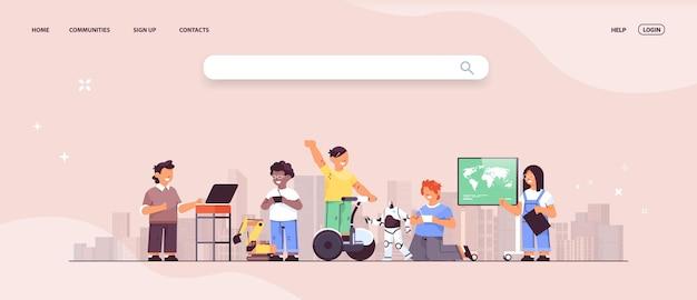 Misture crianças da raça usando dispositivos digitais crianças da escola se divertindo com o fundo da cidade
