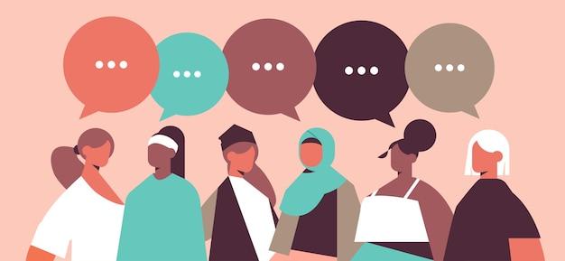 Misture garotas de raça com balões de fala discutindo durante a reunião comunicação do poder das mulheres união de feministas conceito ilustração vetorial retrato horizontal