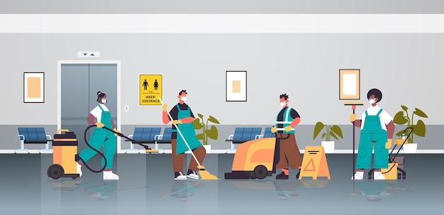 Misture limpadores de corrida em máscaras desinfetando células de coronavírus no corredor para evitar covid-19 pandemia de limpeza serviço de desinfecção controle de epidemia