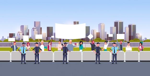 Misture o grupo de policiais de corrida que controla a multidão de pessoas com cartazes e megafone na manifestação de protesto greve cidade paisagem urbana de rua