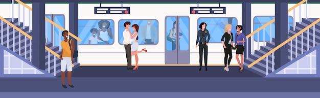 Misture passageiros de corrida na estação de metrô de metrô, mulheres homens em pé na plataforma esperando trem cidade transporte conceito ilustração em vetor plana horizontal comprimento total