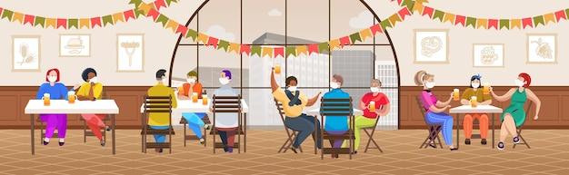 Misture pessoas com máscaras médicas bebendo cerveja em um bar na festa da oktoberfest