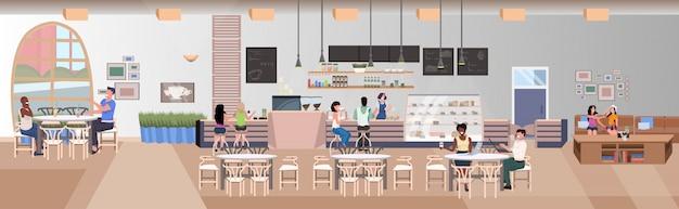 Misture pessoas de raça bebendo amigos sentado em mesas de café visitantes a passar tempo juntos moderno restaurante interior banner horizontal plana comprimento total