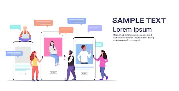 Misture pessoas de raça usando aplicativos de bate-papo em dispositivos digitais chamada de vídeo conceito de comunicação de bolha de bate-papo de rede social