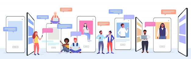 Misture pessoas de raça usando aplicativos de bate-papo em dispositivos digitais conceito de comunicação de bolha de bate-papo de rede social