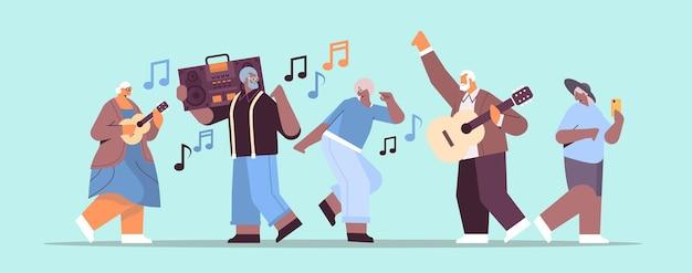 Misture pessoas sênior de raça com gravador de blaster de corte de baixo dançando e cantando avós se divertindo conceito de velhice ativa ilustração vetorial horizontal de comprimento total