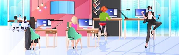 Misture raça empresários mascarados trabalhando e conversando no coworking center coronavirus pandemia trabalho em equipe conceito moderno escritório interior horizontal