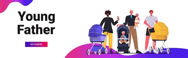 Misture raça pais caminhando ao ar livre com bebês recém-nascidos em carrinhos paternidade conceito de paternidade pais passando tempo com crianças horizontal