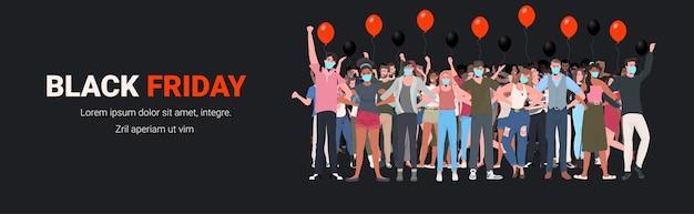 Misture raça pessoas com máscaras em pé com as mãos levantadas homens mulheres se divertindo preto sexta-feira grande venda coronavirus quarentena conceito ilustração vetorial horizontal de comprimento total