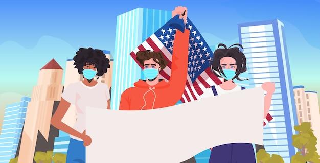 Misture raça pessoas com máscaras segurando uma faixa vazia para comemorar o dia do trabalho