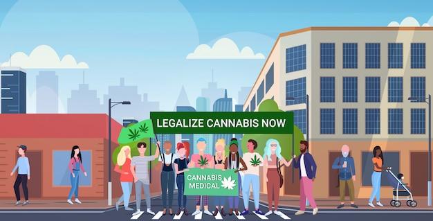 Misture raça pessoas segurando legalize cannabis agora protesto cartaz maconha legalização drogas consumo conceito moderno cidade rua paisagem urbana fundo horizontal comprimento total
