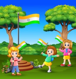 Miúdos bonitos segurando a bandeira nacional e desfrutar da natureza