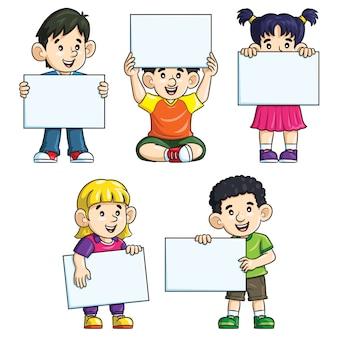 Miúdos giros dos desenhos animados segurando papel em branco