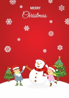 Miúdos que jogam com o boneco de neve no tempo do natal.