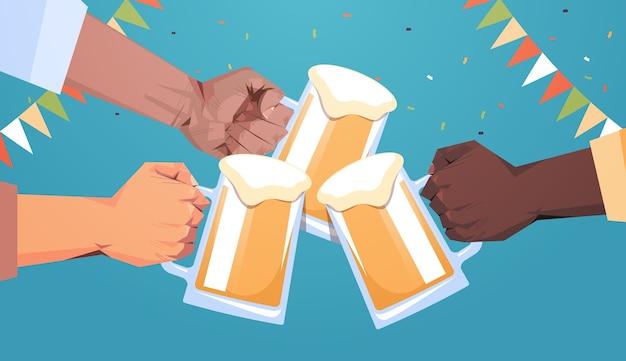 Mix raça mãos humanas clicando em canecas de cerveja octoberfest festa celebração festival conceito plana horizontal