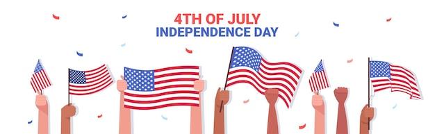 Mix raça mãos humanas segurando bandeiras dos eua pessoas comemorando, banner do dia da independência americana de 4 de julho