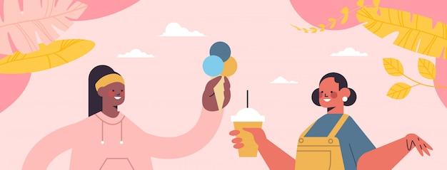 Mix raça meninas bebendo café comendo sorvete desintoxicação digital conceito de relaxamento de férias