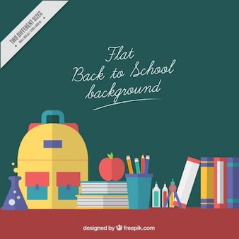 Mochila ao lado de material escolar para voltar para a escola