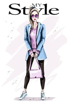 Moda mulher com casaco legal segurando bolsa