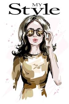 Moda mulher com óculos escuros e vestido legal