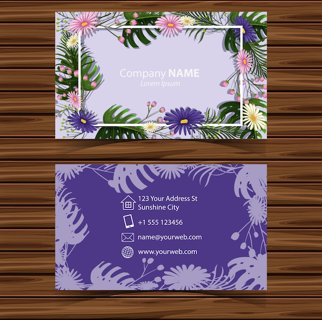 Modelo businesscard com flores no fundo roxo