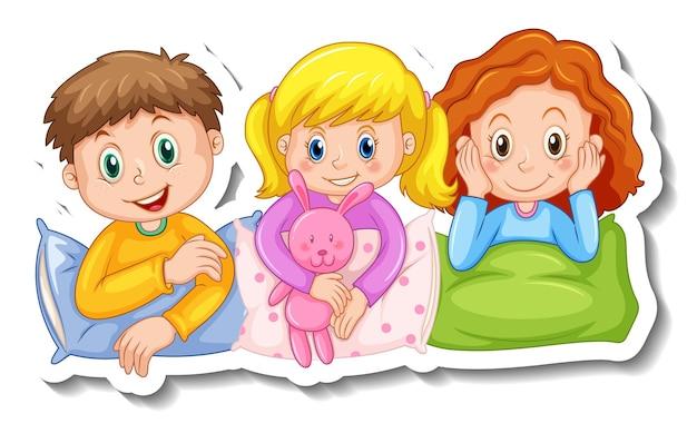 Modelo de adesivo com três crianças em trajes de pijama isolados