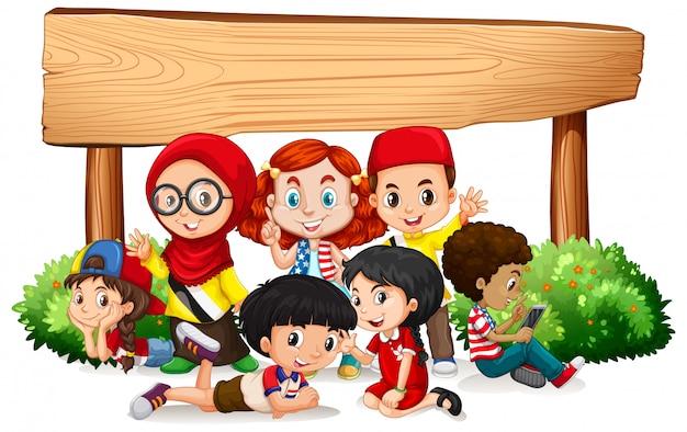 Modelo de banner com muitas crianças e sinal de madeira
