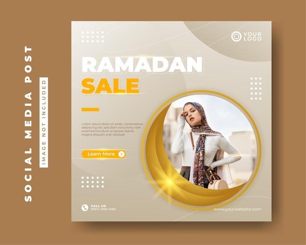 Modelo de banner de postagem de mídia social quadrada para venda de moda ramadan