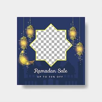 Modelo de banner de venda de mídia social ramadan kareem com lua dourada e lâmpada em fundo azul