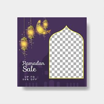 Modelo de banner de venda de mídia social ramadan kareem com lua dourada e lâmpada em fundo roxo