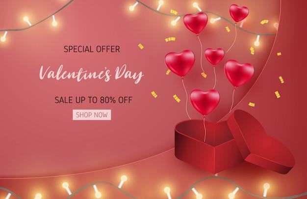 Modelo de banner de venda dia dos namorados com balão de forma de coração e caixa de presente de forma de coração.