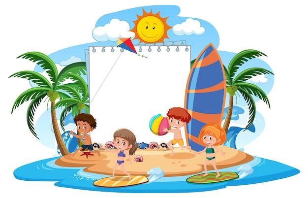Modelo de banner em branco com muitas crianças nas férias de verão na praia isolada