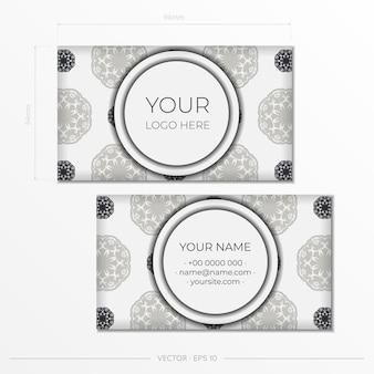 Modelo de cartão branco com padrões vintage. design de cartão pronto para impressão com ornamento de monograma.
