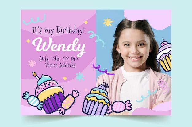 Modelo de cartão de aniversário infantil com doces