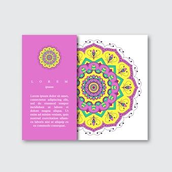 Modelo de cartão de brochura com mandala colorida desenhada de mão. vin