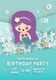 Modelo de cartão de convite de festa de aniversário com bonita pequena sereia no fundo do oceano.