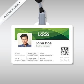 Modelo de cartão de identificação corporativo com formas de curva verde