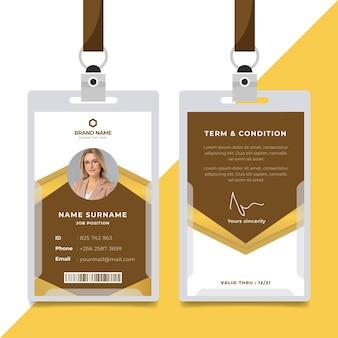Modelo de cartão de identificação marrom com design abstrato