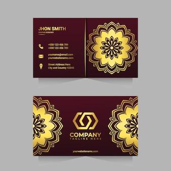 Modelo de cartão de negócios de luxo com desenho de arabescos de mandala ornamentais dourados