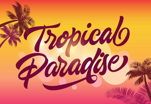 Modelo de cartão de paraíso tropical com silhuetas de palma e pôr do sol no fundo.
