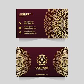 Modelo de cartão de visita de luxo com desenho de arabescos de mandala ornamentais dourados