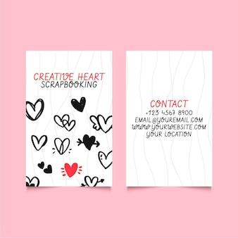 Modelo de cartão de visita vertical com corações rabiscados