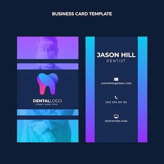 Modelo de cartão de visita vertical médico gradiente