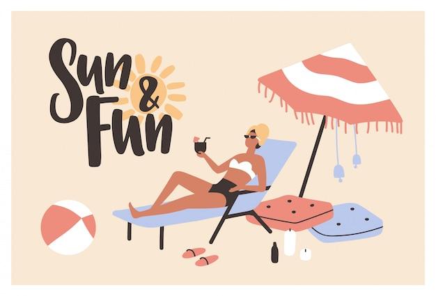 Modelo de cartão postal com mulher deitada na espreguiçadeira, banhos de sol e beber cocktails e slogan de sol e diversão escrito com fonte caligráfica cursiva.