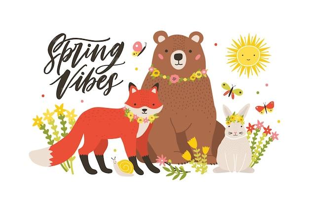 Modelo de cartão sazonal com animais fofos da floresta cercados por flores desabrochando e borboletas