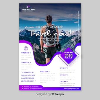 Modelo de cartaz de viagens com homem olhando para as montanhas