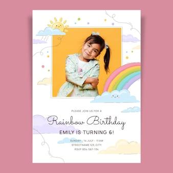 Modelo de convite de aniversário de arco-íris desenhado à mão com foto