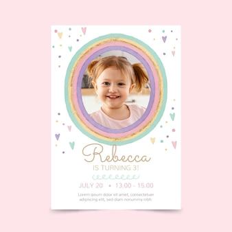 Modelo de convite de aniversário de arco-íris em aquarela pintado à mão com foto