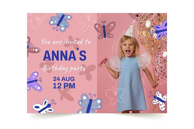 Modelo de convite de aniversário de borboleta desenhado à mão com foto
