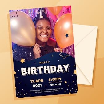 Modelo de convite de aniversário de design plano